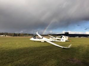 Wat een ervaring! Afgelopen dinsdag is het ACD met 25 personen wezen zweefvliegen in Soesterberg onder leiding van prof. dr. Jan van Maarseveen.